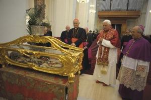Benedetto XVI in preghiera dinanzi alle spoglie mortali del santo martire Teodoro d'Amasea. Brindisi, Basilica Cattedrale, 15 giugno 2008.