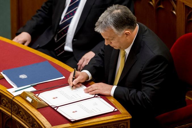 Orbán  firma MAGGIO 18.jpg